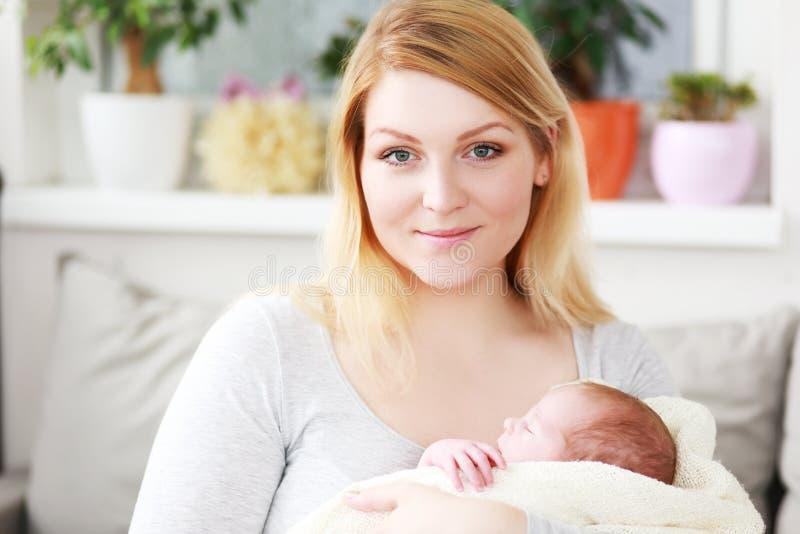 Modern rymmer hennes nyfödda pojke royaltyfria bilder