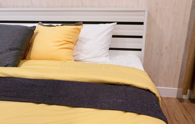 Modern säng för Closeup, stilfull sovruminredesign arkivbild