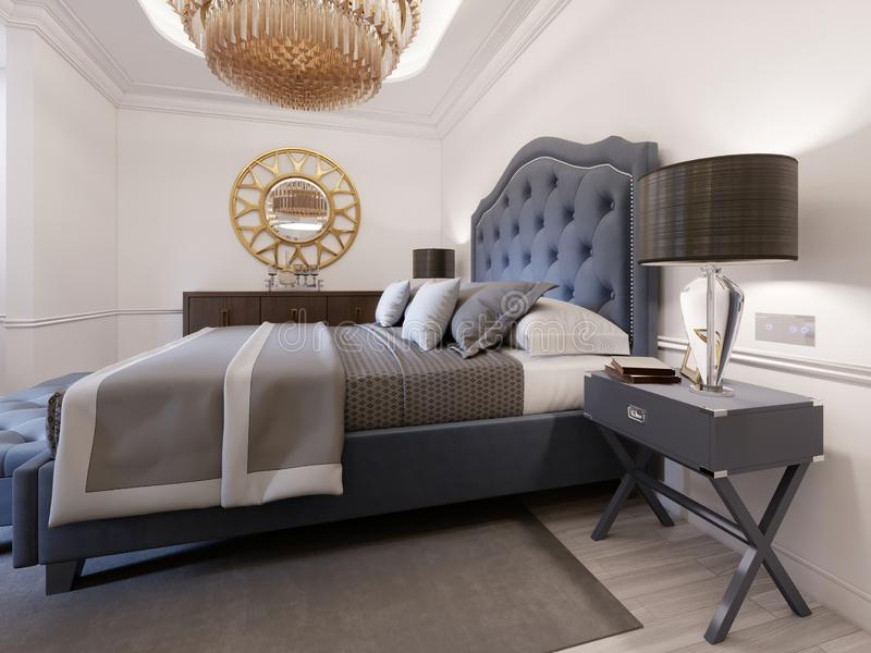 Modern säng i klassisk blå stil med nattduksbordet och lampan Stor exponeringsglasljuskrona över En skänk med en dekor och ett gu stock illustrationer