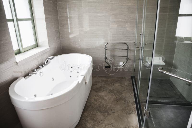 modern sauber badezimmer mit badewanne und dusche stockbild bild von leute hahn 33393831. Black Bedroom Furniture Sets. Home Design Ideas