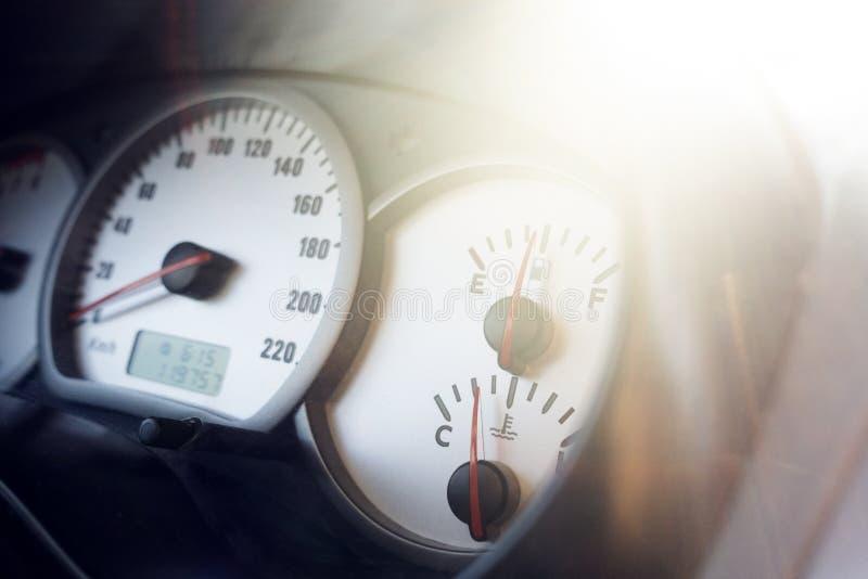 Modern sikt för bilinstrumentbrädarätsida royaltyfria bilder