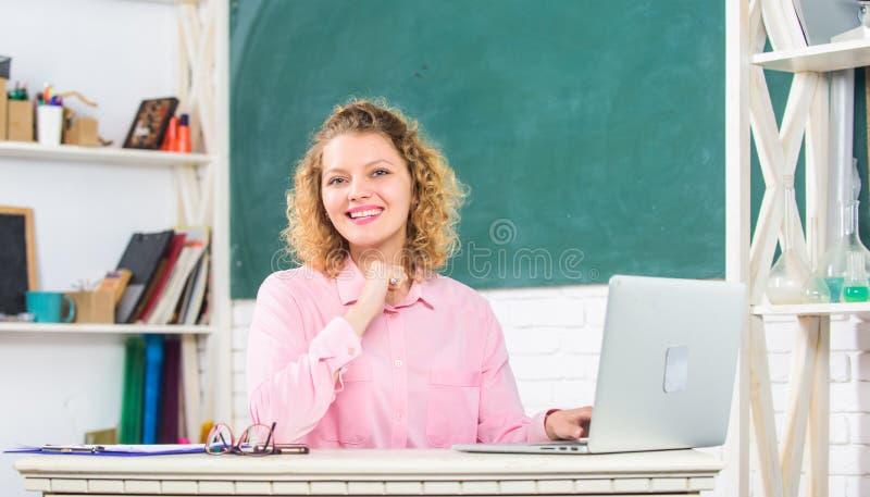 modern skola L?raredag Kvinnaarbete direktanslutet Avst?ndsundervisning Lärareforum Utbildare som surfar internet royaltyfria bilder