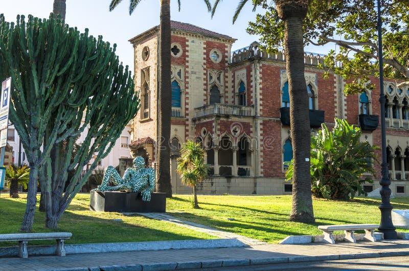 Modern skulptur av konstnären Paola Epifani Rabarama och Neo-gotiska den genoese-Zerbi stilvillan arkivbild