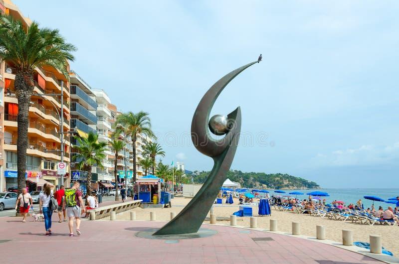 Modern skulptur av L ` Esguard på strand av Lloret de Mar, Costa Brava, Catalonia, Spanien royaltyfria foton