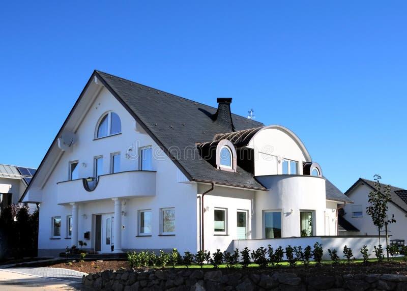 modern sky för blått hus arkivbild