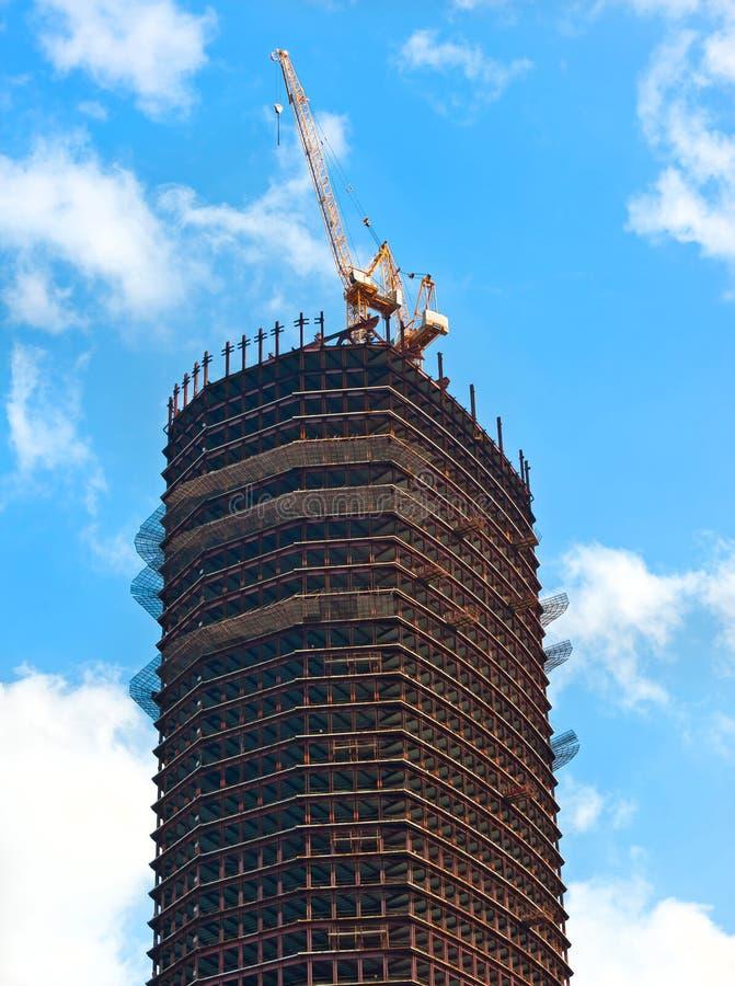 Modern skycraperbostadsproduktion och kran på Moskva royaltyfri fotografi