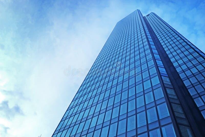 Modern skyskrapa i affärsområde på molnig himmel fotografering för bildbyråer