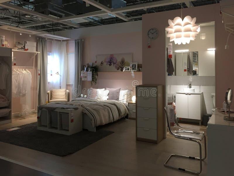 Modern slaapkamer en badkamersontwerp bij opslag IKEA royalty-vrije stock afbeelding