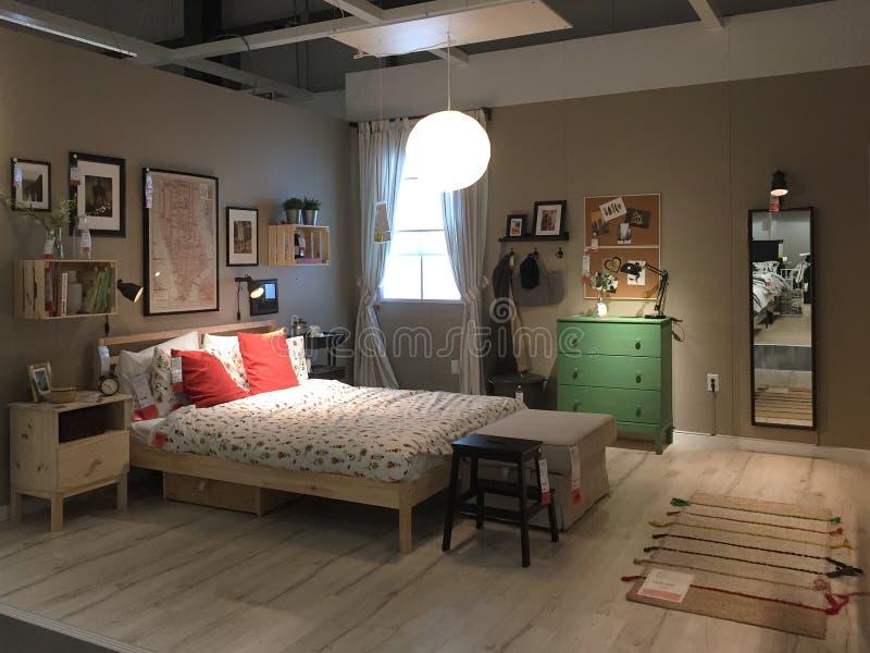 Modern slaapkamerontwerp bij opslag IKEA stock foto