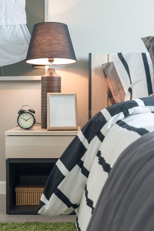 modern slaapkamerontwerp met zwart-witte deken royalty-vrije stock fotografie