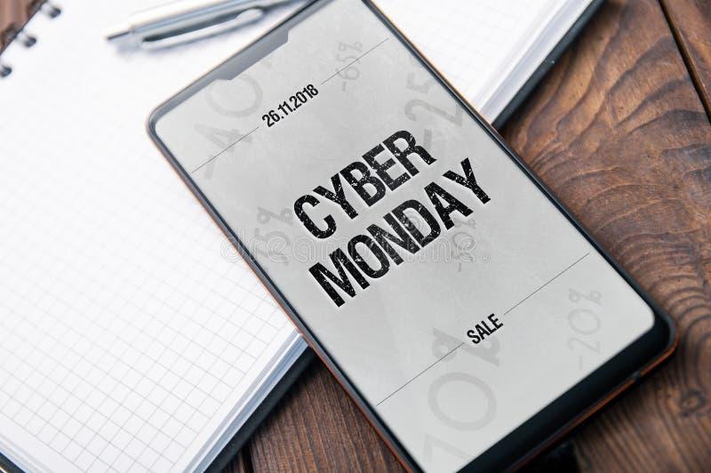 Modern smartphone med 'hacket 'och det cybermåndag banret 2018 arkivbild