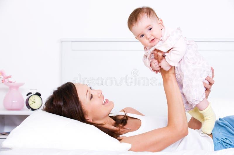 Modern som leker med henne, behandla som ett barn royaltyfri bild