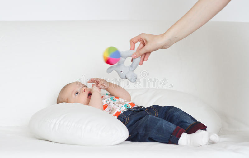 Modern som spelar med, behandla som ett barn pojken arkivbilder