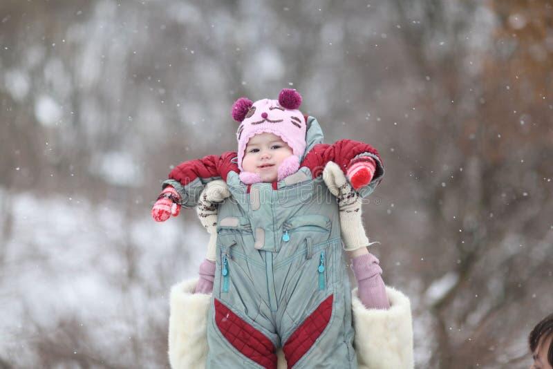 Modern som spelar med henne, behandla som ett barn i wintergarden royaltyfri foto