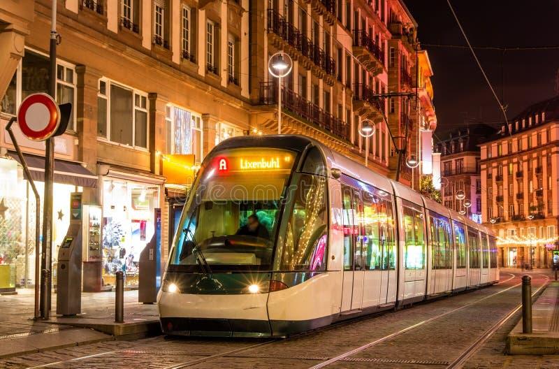 Modern spårvagn i det Strasbourg centret arkivbilder
