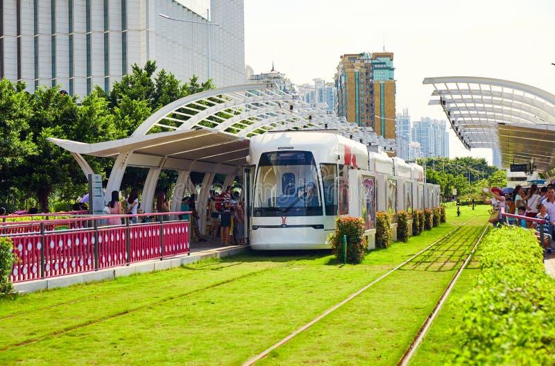 Modern spårvagnstationsplattform Guangzhou Kina royaltyfria foton