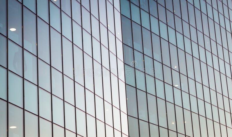 Modern spegelförsedd exponeringsglasbyggnadsfasad Samtida arkitektur royaltyfri foto
