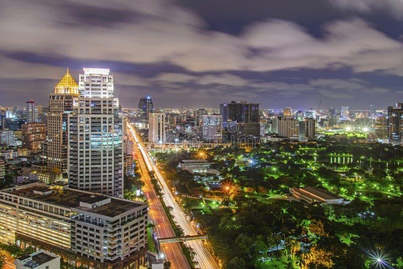 Modern stad av Bangkok på natten arkivfoto