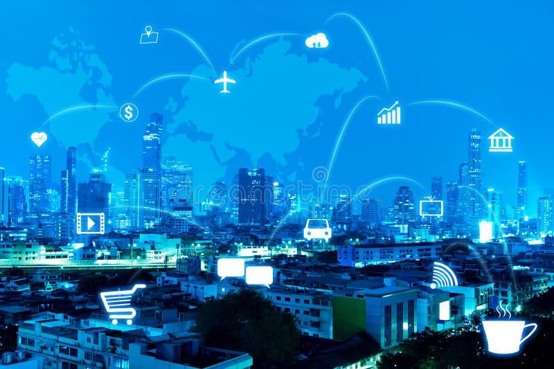 Modern stad för blå natt med anslutningslinjen av internet av tinget arkivfoton