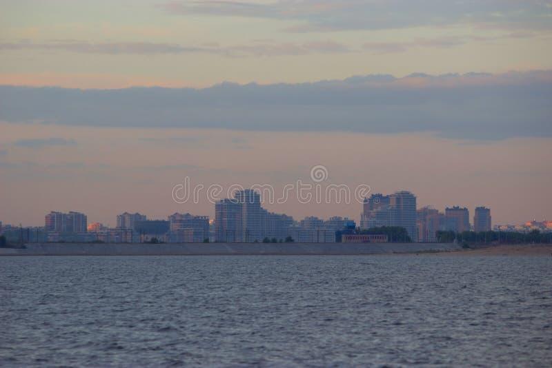 Modern stad på flodstranden arkivfoton