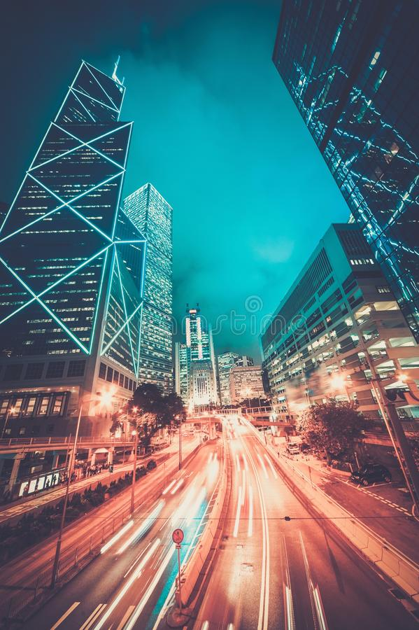 Modern stad på natten arkivbilder