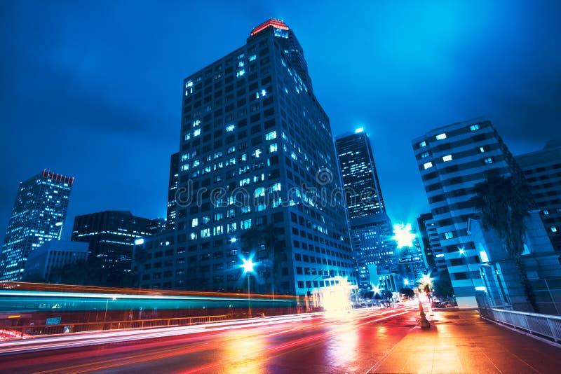 Modern stad på natten och himlen arkivbild