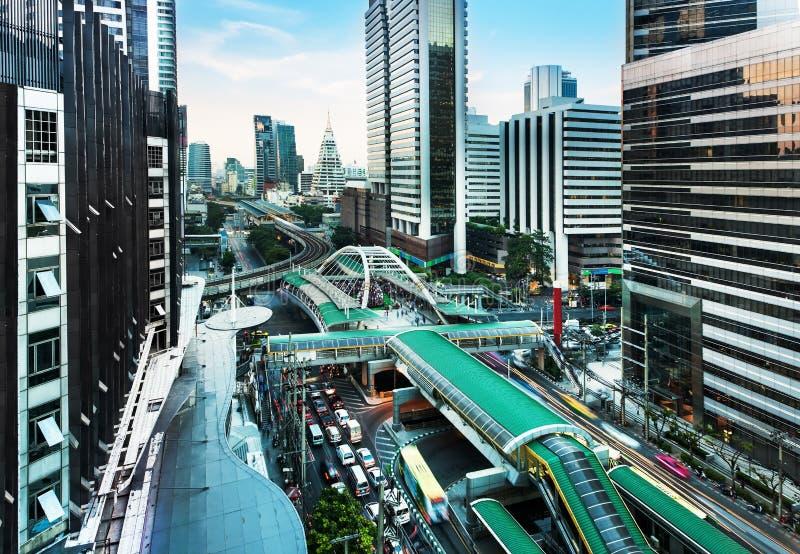 Modern stad, Sathon väg, Bangkok, Thailand. royaltyfri bild