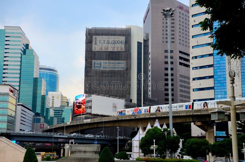 Modern stads- bild med byggnader centrala Bangkok Thailand för för BTS-skytraintransport och skyrise royaltyfri bild
