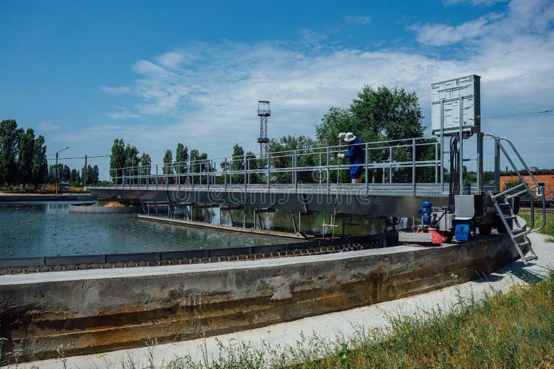 Modern stads- reningsanläggning Smutsigt förlorat vatten som flödar i sänkabehållare arkivbilder
