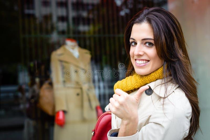 Modern stadsvrouw het winkelen succes royalty-vrije stock fotografie