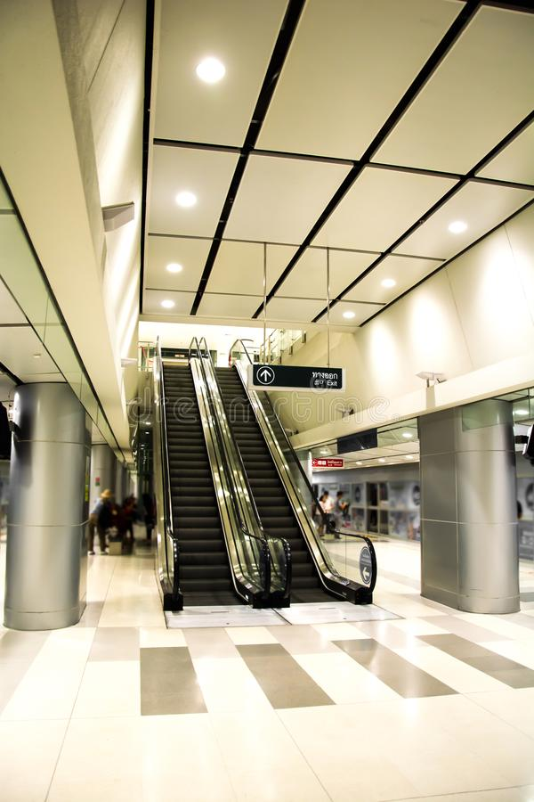 Modern stationsrulltrappa och arkitekturinredesign royaltyfri foto