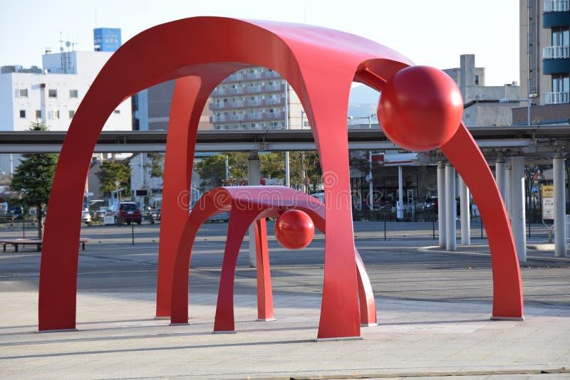 Modern staty utanför den Hakodate stationen i Japan arkivbild