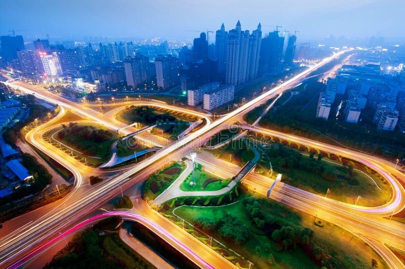 Modern stedelijk viaduct bij nacht royalty-vrije stock afbeeldingen