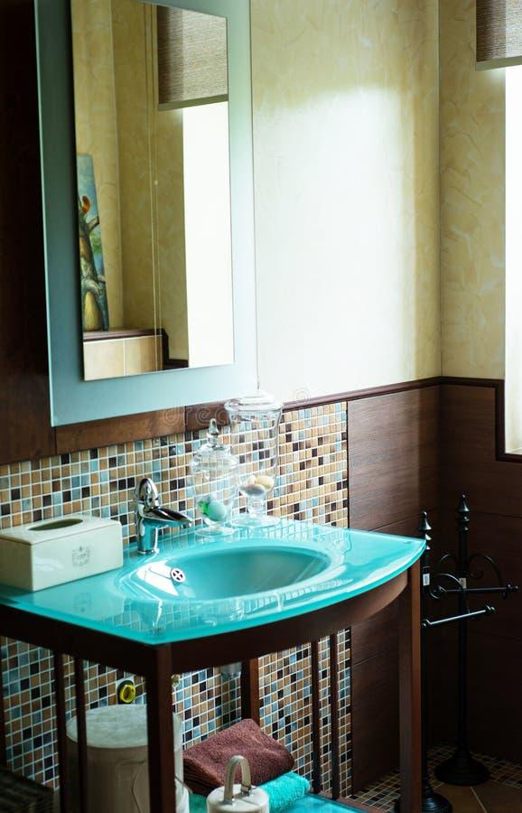 Modern stil för badrumdetalj arkivbild