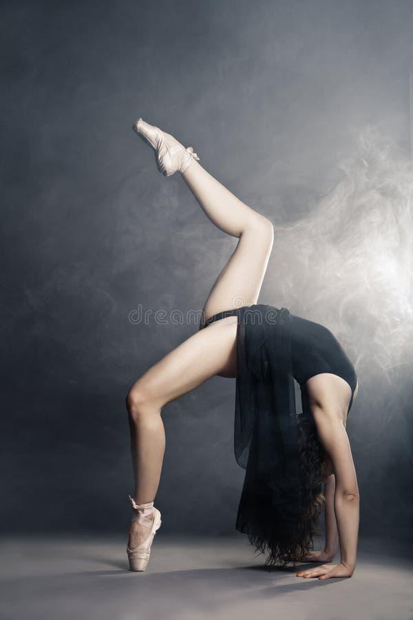 Modern stildansare som poserar på grå bakgrund arkivfoton