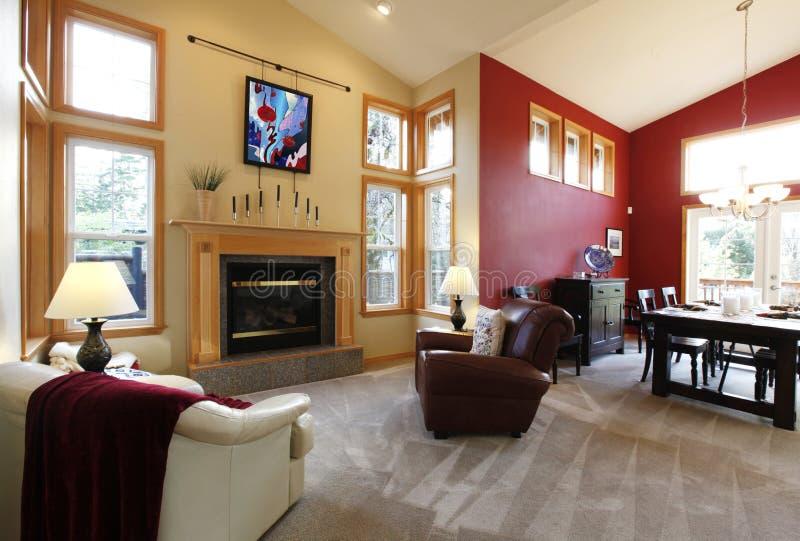 Modern stor öppen vardagsrum med den röda väggen. royaltyfri fotografi