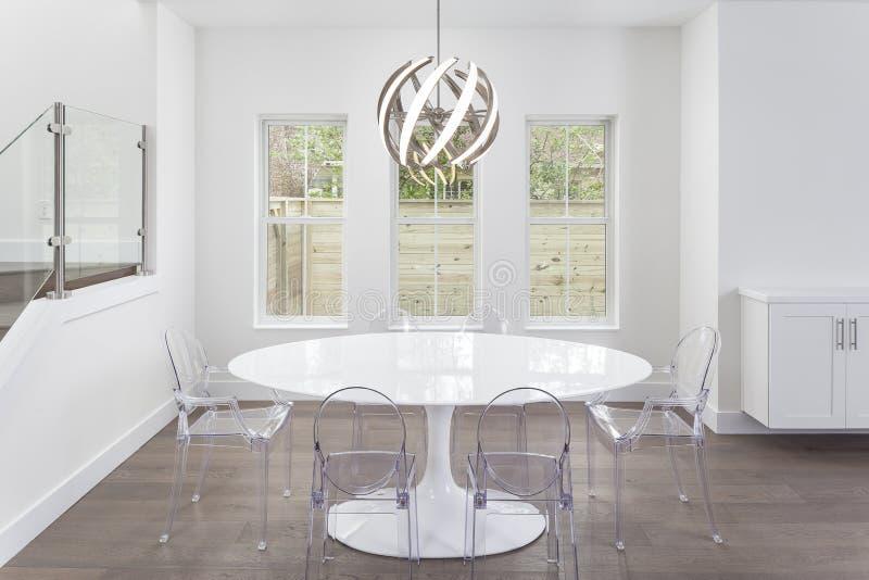 Modern tabell och ljust fast tillbehör royaltyfria foton