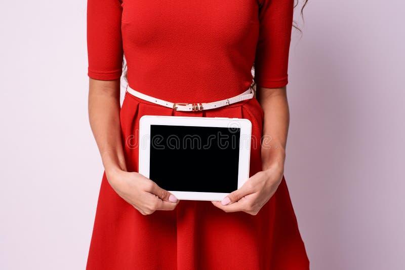 modern tablet Räcker flickan Vit bakgrund royaltyfri foto