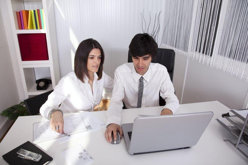 Modern team op het kantoor stock foto