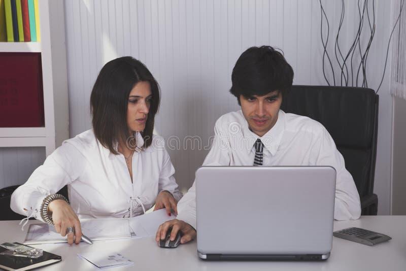 Modern team op het kantoor stock afbeeldingen