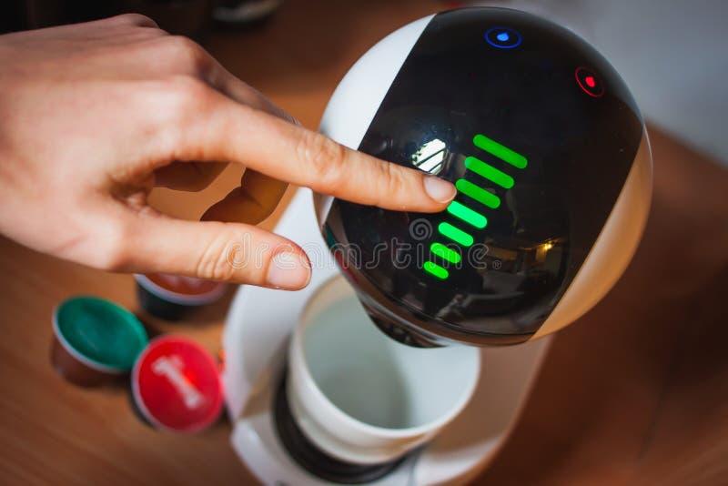 Modern tekniskt avancerad kaffemaskindesign pekskärm royaltyfri bild