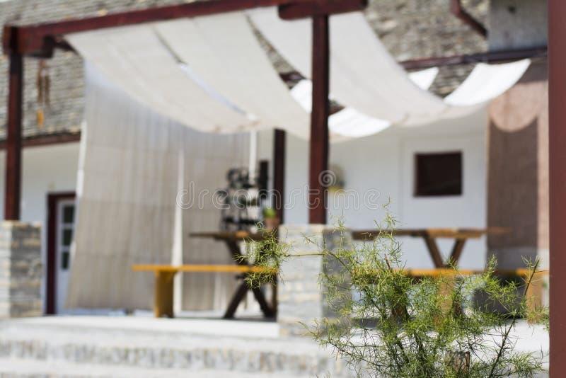 Modern terras in landelijke binnenplaats stock afbeelding