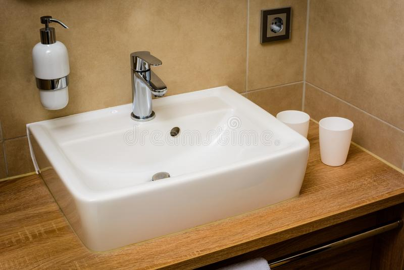 Modern toalett med vasken arkivfoto
