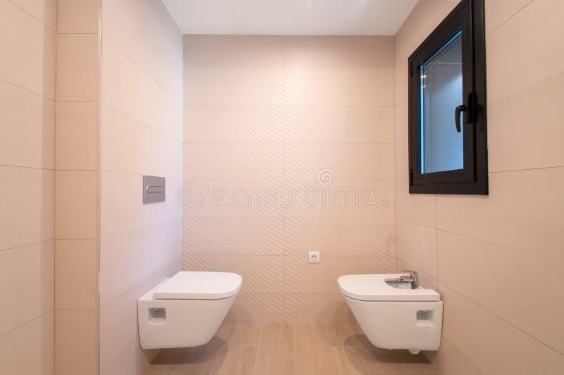 Modern toalettbunke och bidé arkivbild