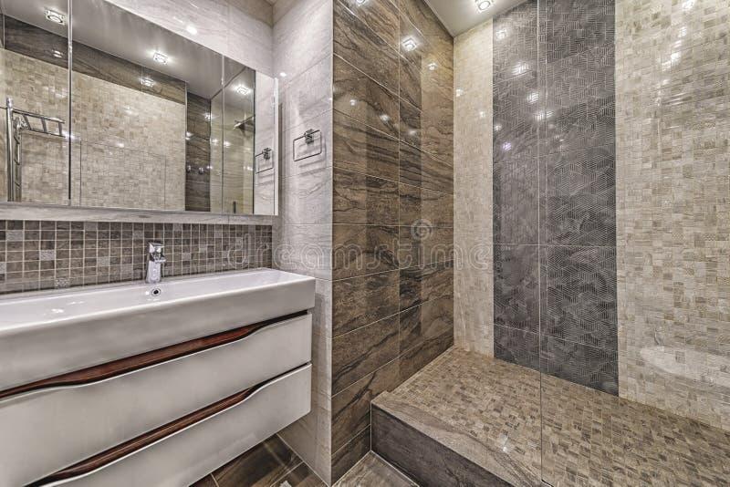 Modern toalettrummets inre, enkla och minimalistiska arkivfoto