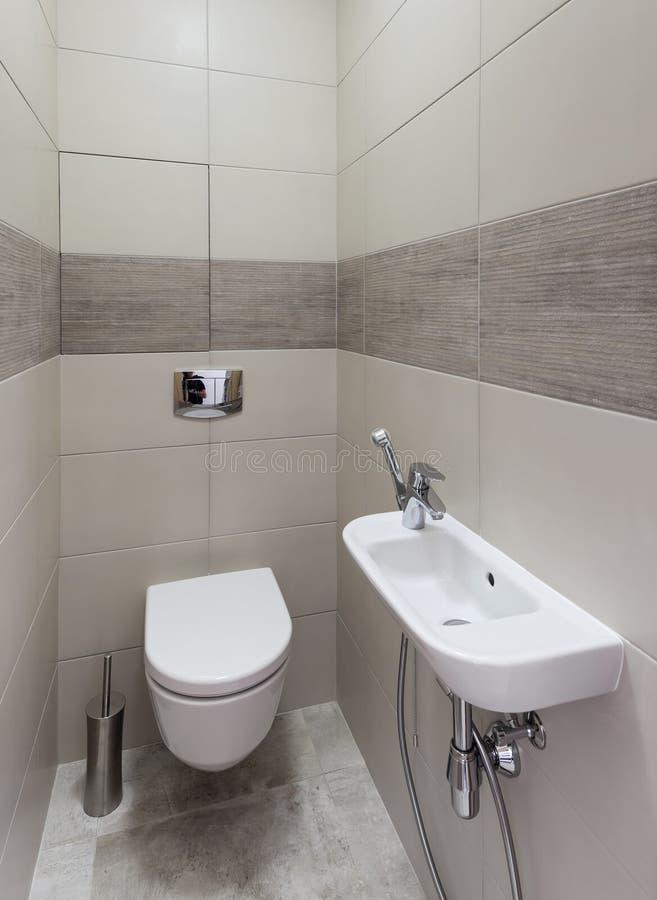 Modern toiletbinnenland royalty-vrije stock afbeeldingen