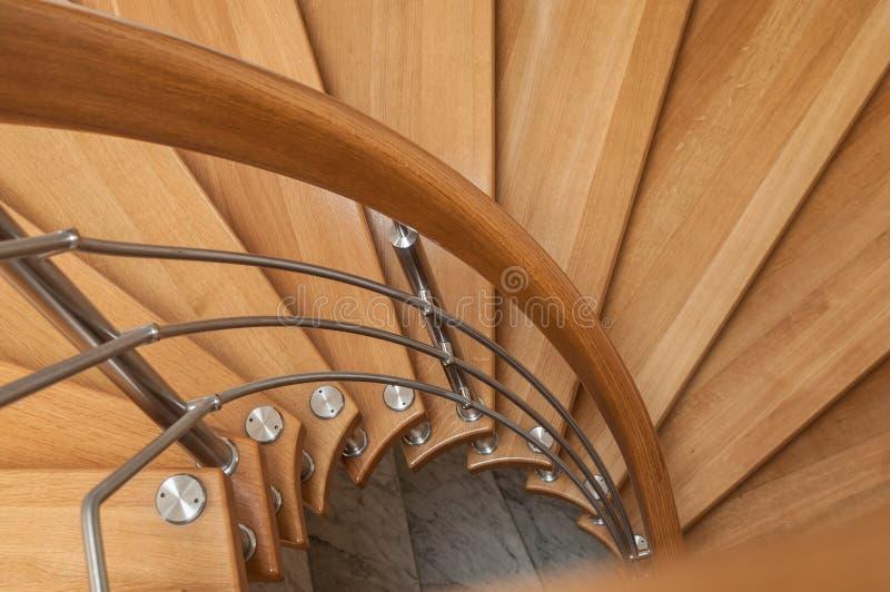 Modern träspiral trappa royaltyfria foton