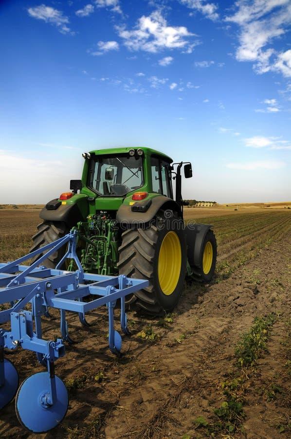 modern traktor för åkerbruk utrustning arkivbild