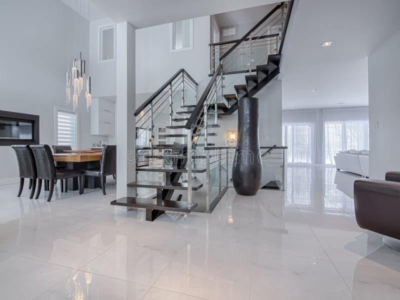 Modern trappa på marmorgolv i hus royaltyfria foton