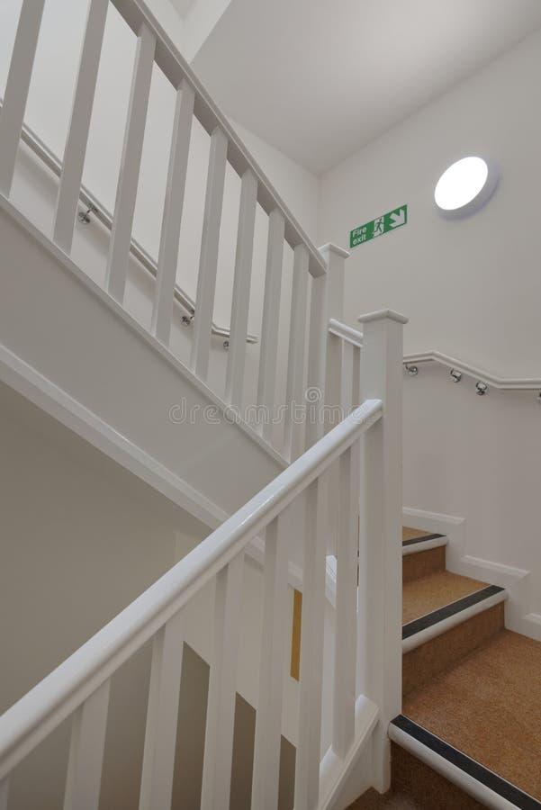 Modern trappenhuis in een flatgebouw Betaalbare huisvesting royalty-vrije stock foto's